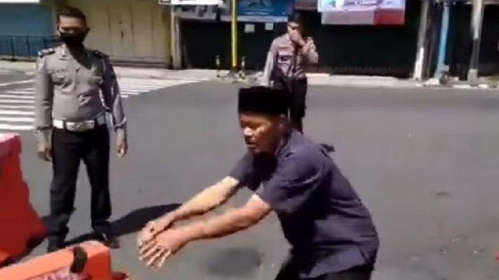 Viral Pria Ngamuk di Depan Polisi, Bongkar Pembatas Jalan Teriak: Idul Fitri Hari Kebebasan!