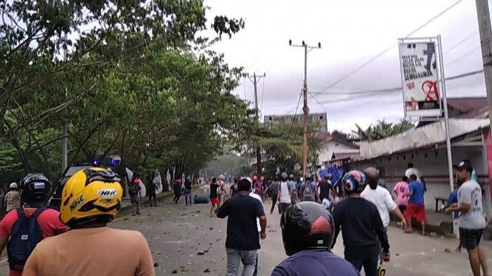 Aksi unjuk rasa menolak omnibus law atau Undang-undang (UU) Cipta Kerja di depan kampus Universitas Pattimura (UNPATTI) Ambon, Senin sore (12/10/2020) berujung ricuh.