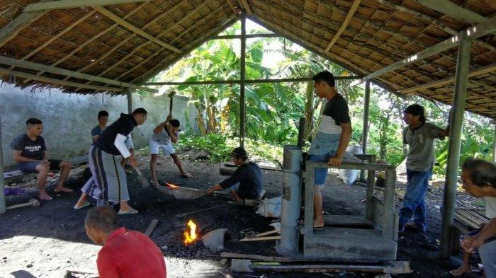 Masyarakat di  Negeri Administratif Rumoy-Duryar, Kecamatan Teor, Kabupaten Seram Bagian Timur, Maluku, menganggap Pandai Besi sebagai sebuah tradisi yang diwariskan dari para leluhur.