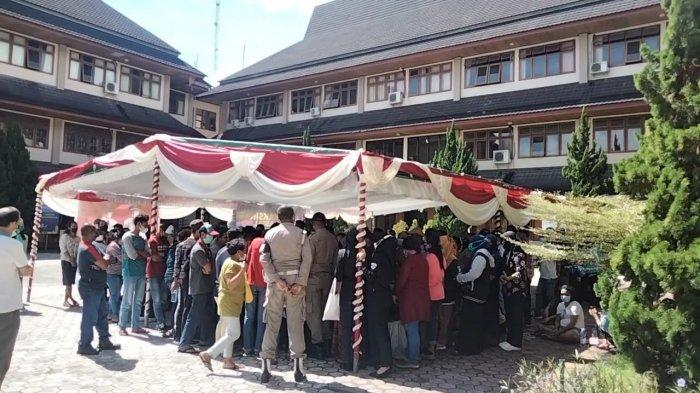 Vaksinasi Covid-19 di Kantor Bupati Maluku Tengah Malah Ciptakan Kerumunan