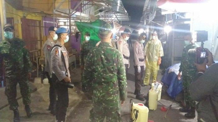 Cegah Corona, Pasar Binaiya Maluku Tengah Disemprot Pakai Pemutih Pakaian