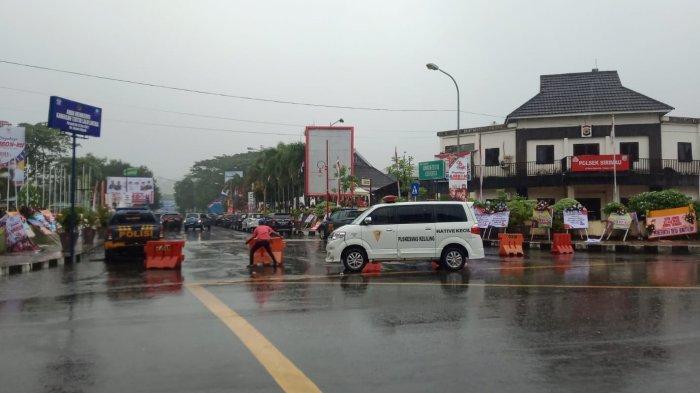 Kondisi arus lalu lintas saat upacara HUT Kota Ambon ke-446 hari ini terpantau lancar.