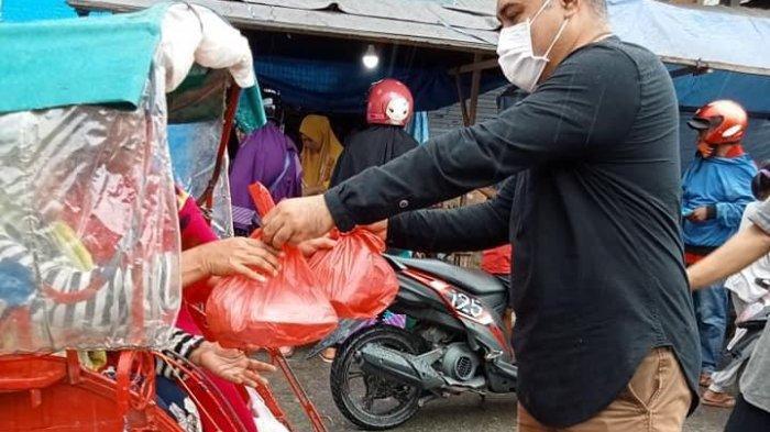 Disperindag Kabupaten Buru Bagi-Bagi 100 Paket Takjil Kepada Pengguna Jalan dan Tukang Becak