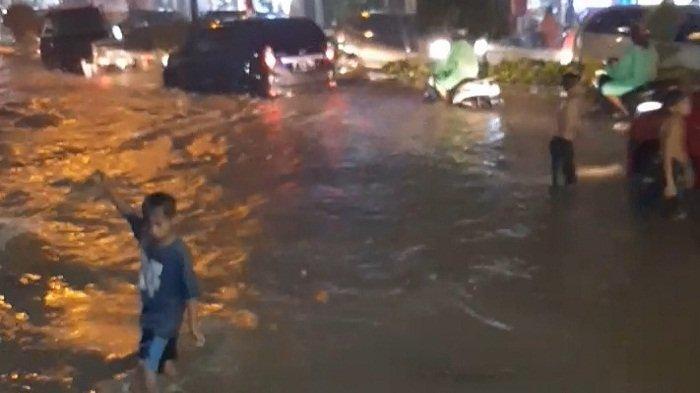 Banjir Landa Ambon : Warga Mengungsi, Tinggi Air Sampai Atap Rumah