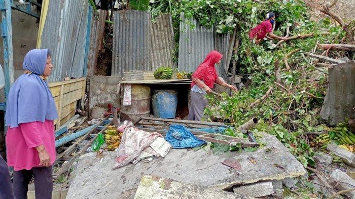 Material Longsor Batu Koneng Dibersihkan, Warga Evakuasi Pisang dan Barang Layak Pakai