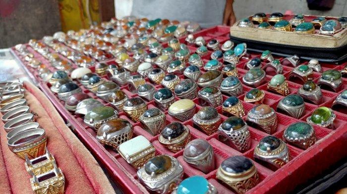 Sejumlah koleksi Batu Akik di Lorong Batu, di Jl. Sam Ratulangi Kota Ambon, Sabtu (13/3/2021)
