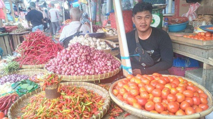 Pedagang bawang di Pasar Mardika.