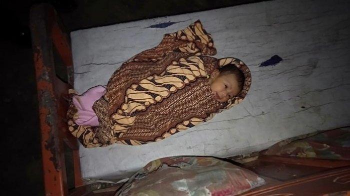 Bayi perempuan yang ditelantarkan di teras rumah warga