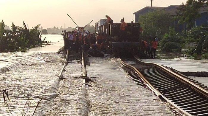 Rel Terendam Banjir, Perjalanan Kereta Jarak Jauh dari Stasiun Gambir dan Pasar Senen Dibatalkan
