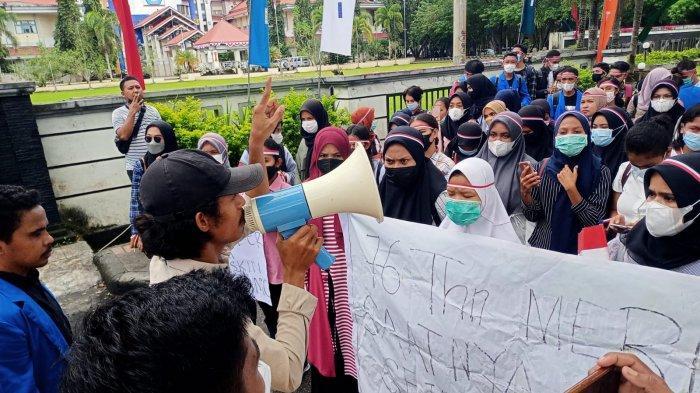 BEM Fisip Unpatti Gelar Aksi Refleksi HUT RI, Sempat Blokade Jalan Depan Kampus