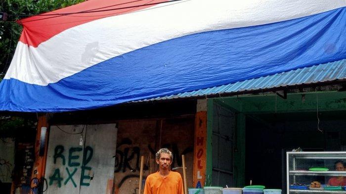 Jelang Laga Belanda vs Austria, Pria Ini Bentangkan Bendera Belanda Terbesar ke-2 se-Kota Ambon