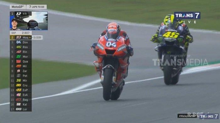 Aksi Valentino Rossi 'Serang' Dovizioso Berebut Posisi 3 MotoGP Malaysia, Bisa Podium?