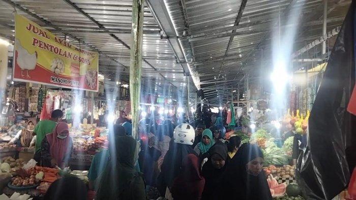 Besok Lebaran, Pasar Binaya Masohi Padat, Abaikan Prokes