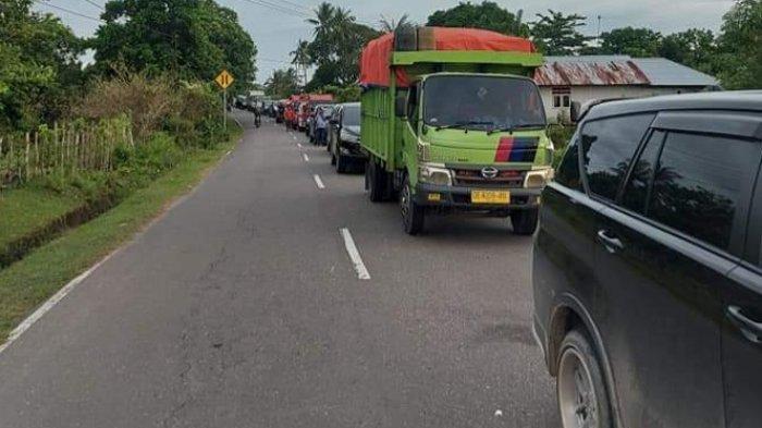 Warga Kamariang Blokir Jalan Pakai Semen Cor, Aksi Protes Pemilihan Raja Bikin Macet