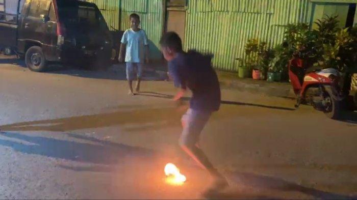 Main Bola Api dengan Kaki Telanjang; Tradisi Ramadan Bocah Waihaong Ambon