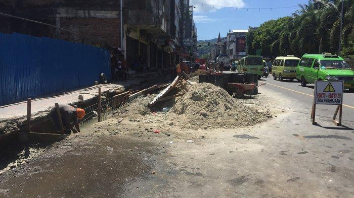 Proses revitalisai trotoar di kawasan Jalan Ay. Patty Kota Ambon, Rabu (10/2/2021).