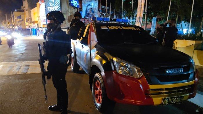 Jelang Lebaran, Brimob di Ambon Rutin Patroli Malam Pakai Senjata Lengkap