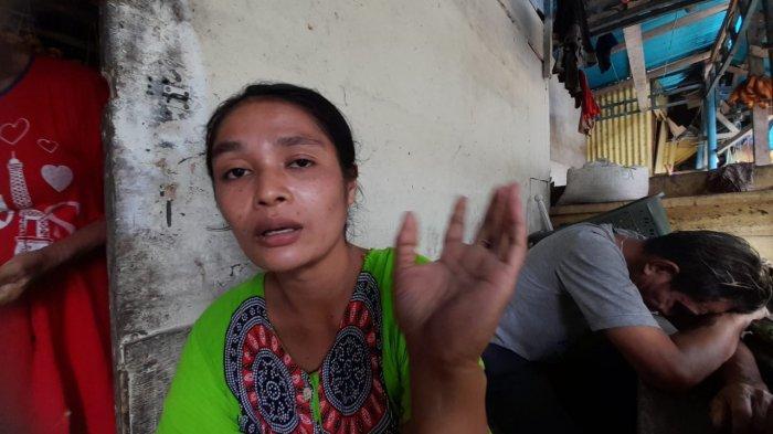 Seorang pelapak di Pasar Buah Batu Koneng, Jalan Syaranamual, Desa Poka, Kecamatan Teluk Ambon, Wa Emi saat diwawancarai TribunAmbon.com, Senin (12/7/2021) siang.