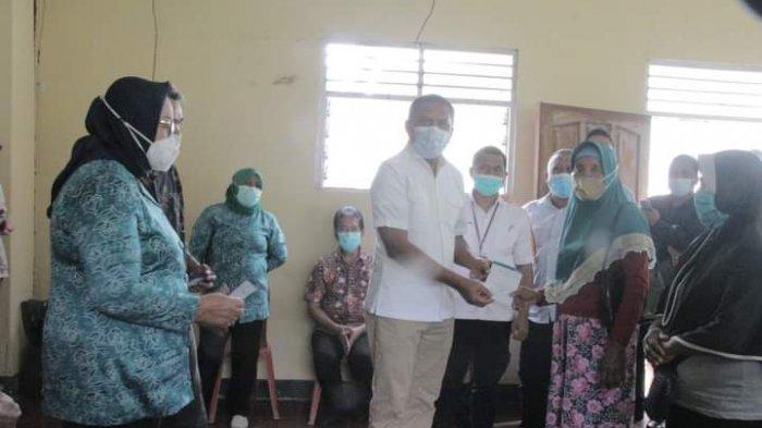 Bupati Maluku Tengah Gelontorkan Rp. 1,4 Milliar Bantu Warga Salahutu Terdampak Covid-19