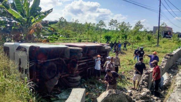 Bus yang mengalami kecelakaan tunggal