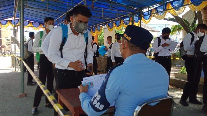 Para Peserta Tes SKD CPNS Kemenkumham Maluku melakukan registrasi dokumen, Selasa (12/9/2021).