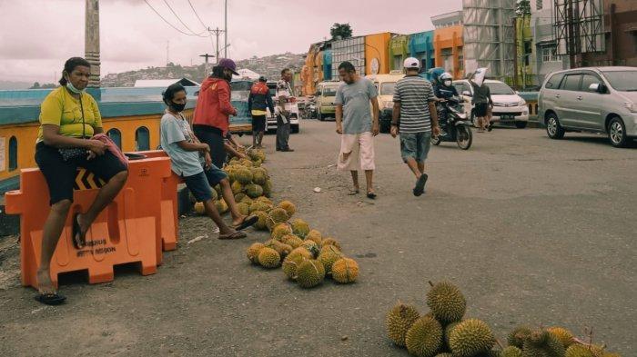 Durian di Kota Ambon Turun Harga, 4 Buah Rp 100 Ribu