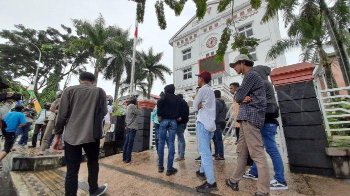 Aksi demonstrasi menolak PPKM di Balai Kota Ambon, Kamis (22/7/2021)