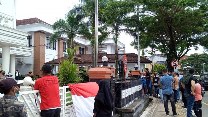 Demo Tolak dan Dukung PPKM Mikro Bersamaan di Balai Kota Ambon
