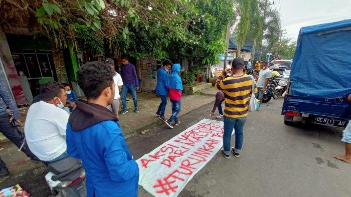 Meski telah dilarang, sejumlah mahasiswa Universitas Pattimura (Unpatti) tetap melakukan aksi tolak Pemberlakuan Pembatasan Kegiatan Masyarakat (PPKM).  Mereka mulai berorasi di depan Bundaran Leimena, Poka, Teluk Ambon, Senin, (19/7/2021) pagi.