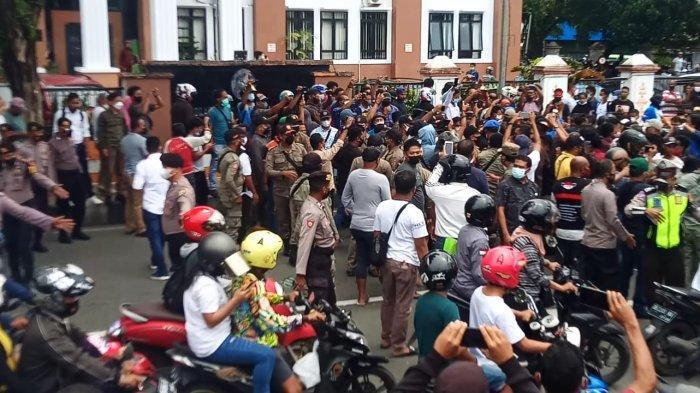 Ricuh Demo Tolak PPKM di Ambon Jadi Tontonan Warga, Rame-rame Rekam Kejadian
