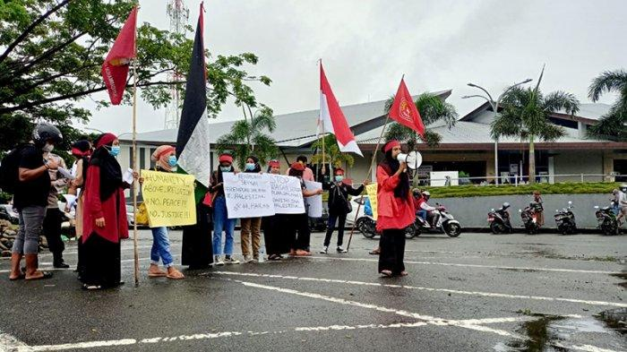 Aaksi solidaritas kemanusiaan untuk Palestina di Bundaran Poka, Ambon, Sabtu (22/5/2021)