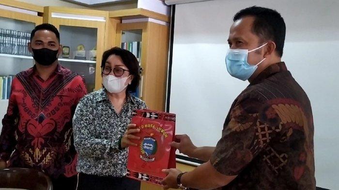 Kunjungi Garut, Wakil Rakyat Kota Ambon Beri Hadiah Obat Tangkal Corona