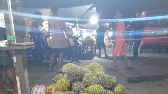 Penjual Durian Pasar Mardika Ambon Bagikan Tips Cara Aman Bawa Durian ke Pesawat