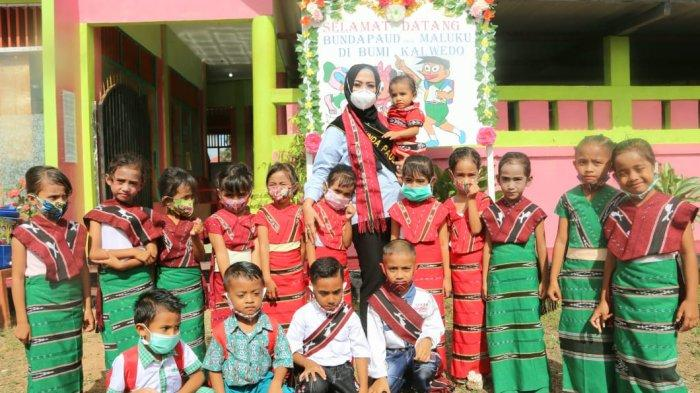 Duta Parenting Provinsi Maluku, Widya Murad Ismail mengunjungi sekolah Pendidikan Anak Usia Dini (PAUD) Anugerah Tiakur di Ibu Kota Kabupaten Maluku Barat Daya (MBD), Kamis (01/10/2020).