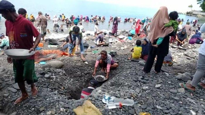 Warga desa Tamillow, Kecamatan Amahai, Kabupaten Maluku Tengah, dihebohkan dengan temuan emas.  Bibir pantai pun semakin ramai dibanjiri warga, di hari ketiga penemuan emas, Rabu (24/3/2021).