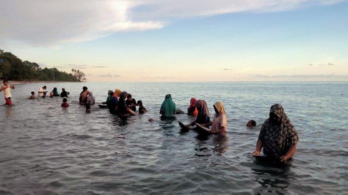 Warga desa Tamillow, Kecamatan Amahai, Kabupaten Maluku Tengah mendulang emas , Senin (22/3/2021)
