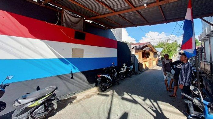 Demam Euro 2020, Pemuda Galala Gambar Bendera Belanda Ukuran Besar di Depan Gang