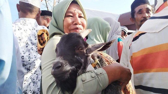Idul Adha: Kenali Tradisi Hadrat, Gendong Kambing & Mengarak Hewan Kurban di Desa Sepa Maluku Tengah