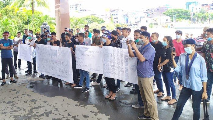 Aksi unjuk rasa GMKI cabang Ambon di Kantor Gubernur Maluku, Rabu (21/4/2021).