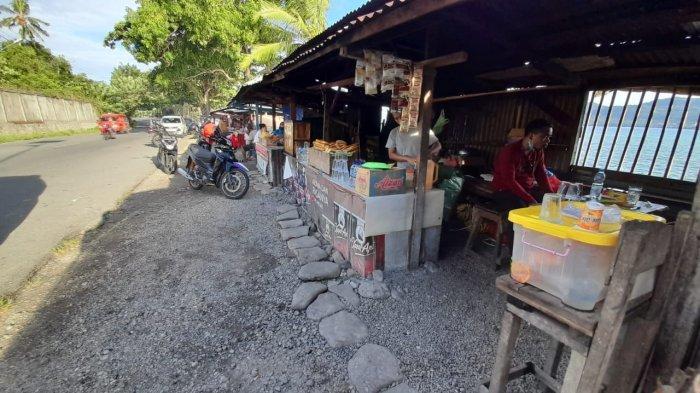 Jejeran lapak pedagang gorengan di Pasar Minggu