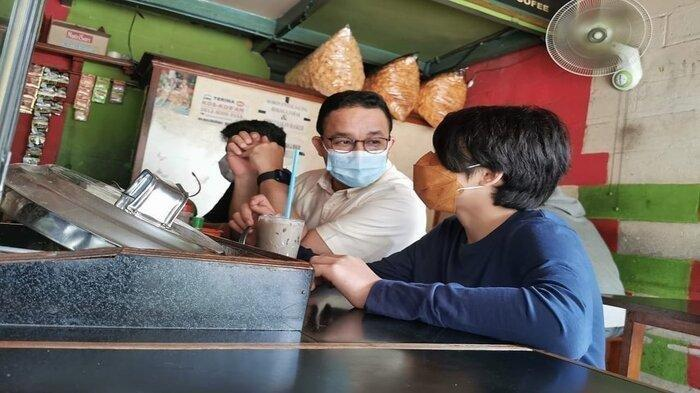 Potret Anies Baswedan Makan di Warkop Bersama Anak, Ceritakan Pengalaman Masa Kecil