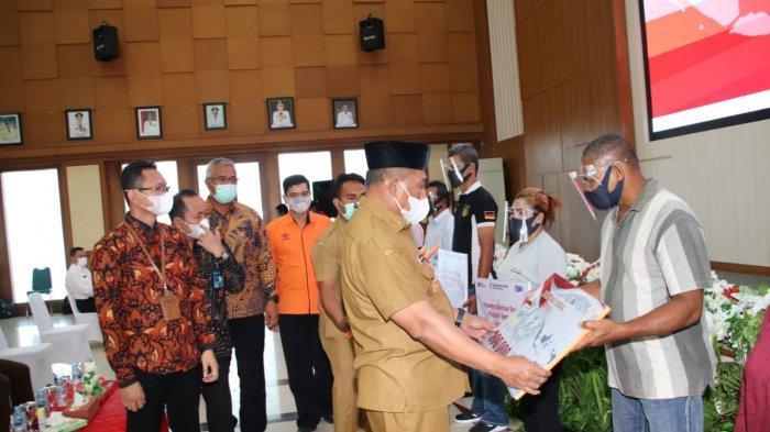 Gubernur Murad Ismail Serahkan Bantuan Sosial 2021 kepada 98.319 KK