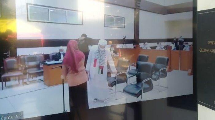 Rizieq Shihab Menangis Saat Bacakan Pledoi di Ruang Sidang, Ini Alasannya