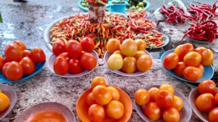 Lapak komoditas tomat dan cabai rawit di Pasar Mardika, Kota Ambon, Minggu (23/5/2021).