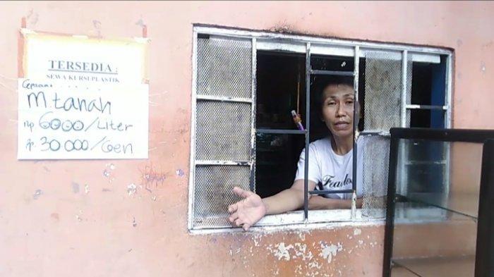PANGKALAN MINYAK TANAH - Seorang pengecer minya tanah di Kawasan Jln.Laksdya Leo Watimena, Passo, Kota Ambon, Sabtu (15/1/2021)