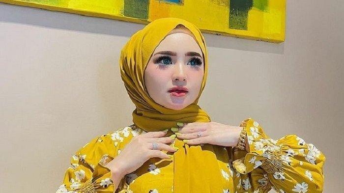 SOSOK Selebgram Herlin Kenza yang Diduga Sebabkan Kerumunan, Dijuluki Barbie Hijab & Punya 9 Ajudan