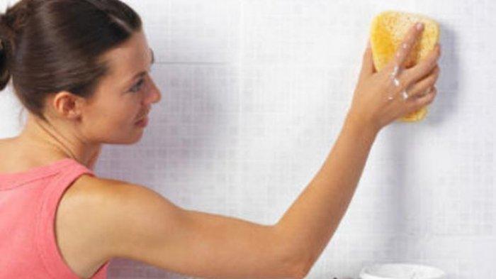 Simak Cara Sederhana Hilangkan Noda Cipratan Minyak di Dinding Dapur