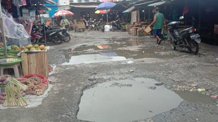 Jalan Rusak di Pasar Mardika, Warga; Padahal Mobil Plat Merah Sering Lewat