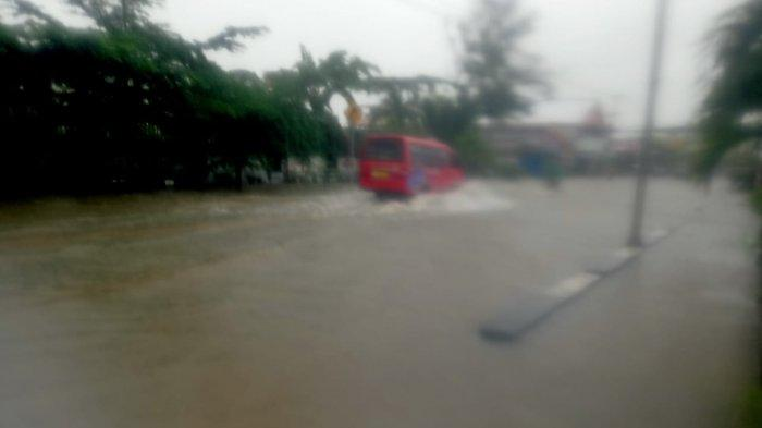 Hujan Deras Guyur Kota Ambon, Jalanan Dekat Kediaman Gubernur Maluku Murad Ismail Tergenang Air