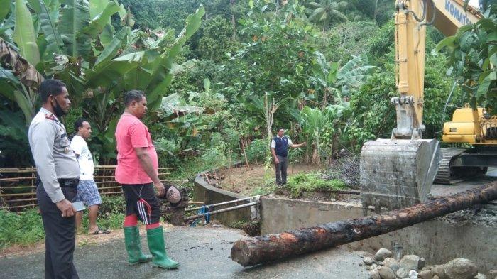 jembatan-pengubung-di-desa-negeri-lima-maluku-tengah-ambruk-akibat-hujan-deras.jpg